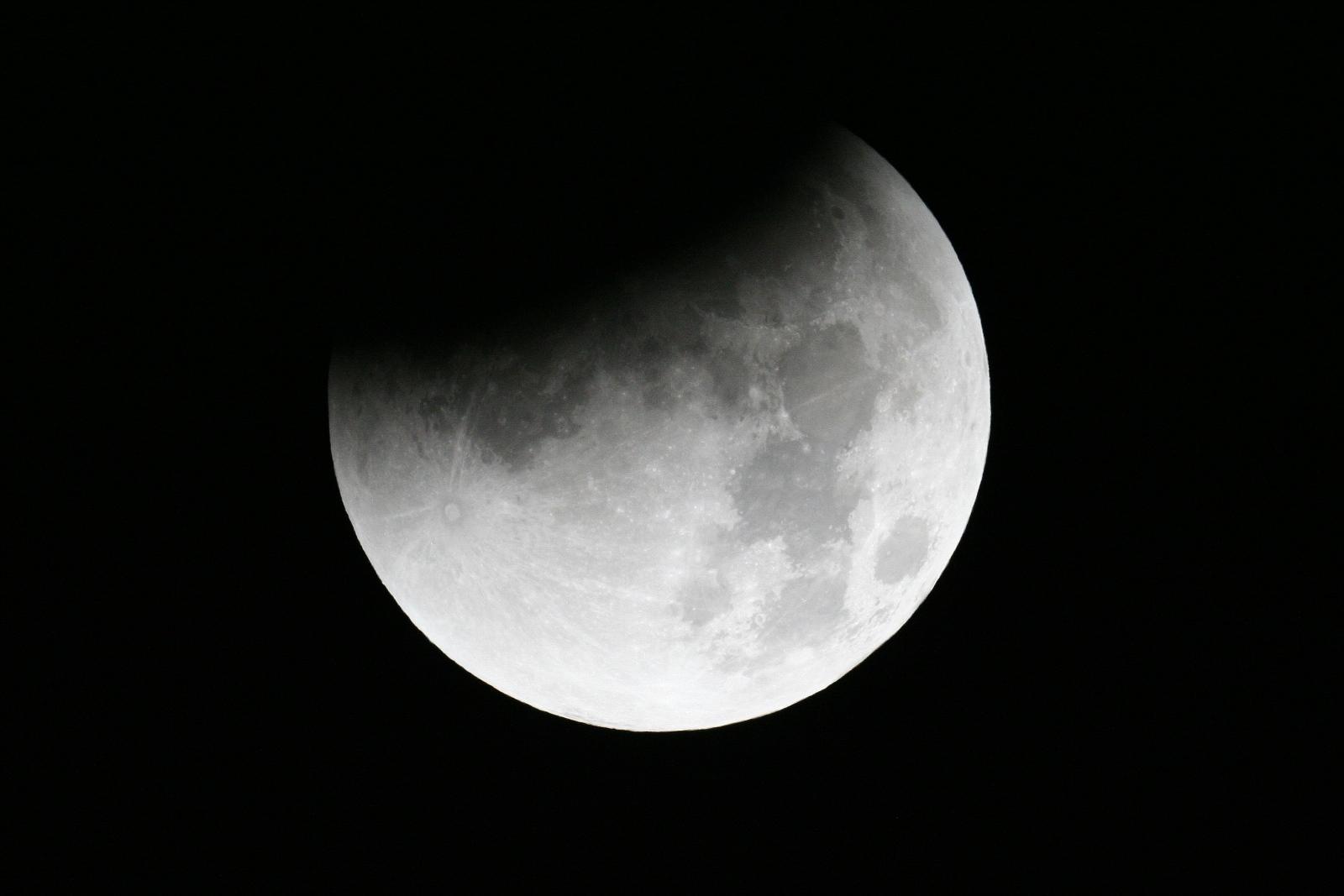 teilverfinsterter Mond um 03:24 utc+2h